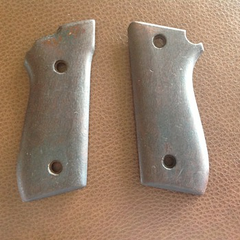 Handgrips for an antique pistol