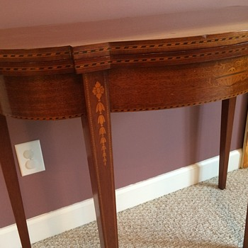 Gorgeous end/card table that OPENS up! - Furniture