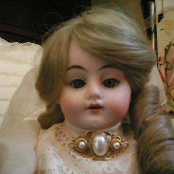 Could someone please help me in identifying the maker of this doll? - Dolls