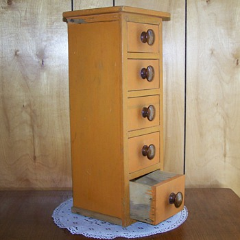 87 year old wooden box with 5 drawers complete with knobs. - Furniture