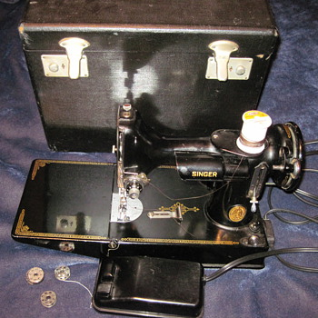 Singer sewing machine in a box with extras. - Sewing