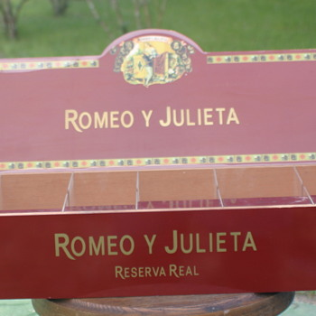 Romeo and Julieta Reserva real cigar store display wooden box - Tobacciana