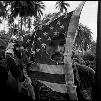 Dennis Hopper with an american flag.Apocalypse Now,Pagsanjan, Philippines, 1976 - Photographs