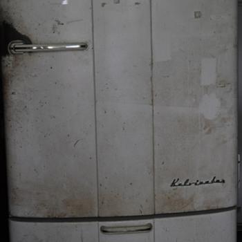 Kelvinator K-7-R 1940's era regrigerator - Kitchen