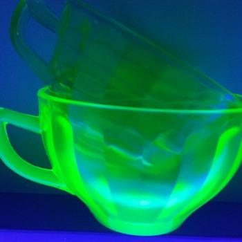 Depression uranium cups - Glassware