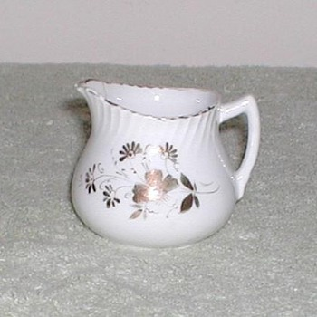 Porcelain creamer with gold design