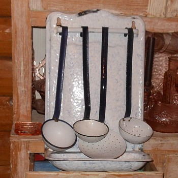 Graniteware Utensil Holder With Utensils