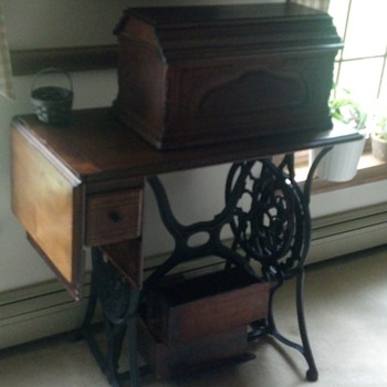 1879 SINGER SEWING MACHINE - Sewing