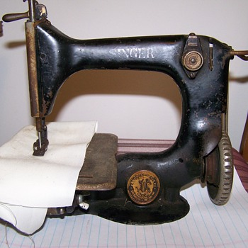 Singer Sewing Machine  24-13, 573104 Can someone help me ID this machine.