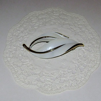 Vintage Sarah Coventry Brooch - Pearlized Perfection