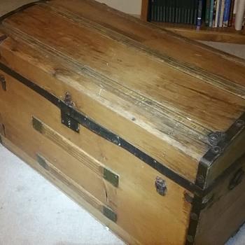 Wooden trunck - Furniture