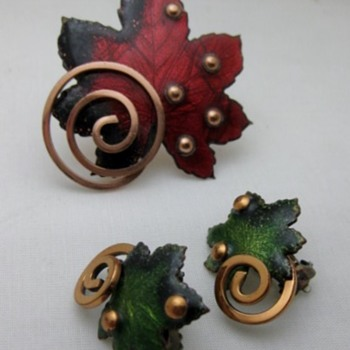 Leaf copper enamel pin and earrings  from Matisse - Costume Jewelry