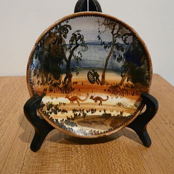 NEIL DOUGLAS YARLOO HUNTING WALLABY 1956 - Art Pottery