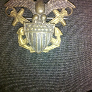 "RARE WWI era US Navy ""look left"" eagle cap device"