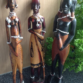 Three carved and painted African females - Folk Art