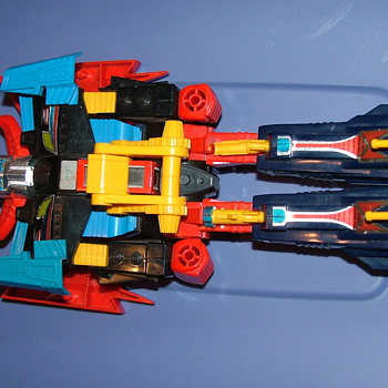 1980&#039;s?  pretansformer it has Takara marking on the robots legs - Toys