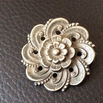 Antique looking brooch - Costume Jewelry
