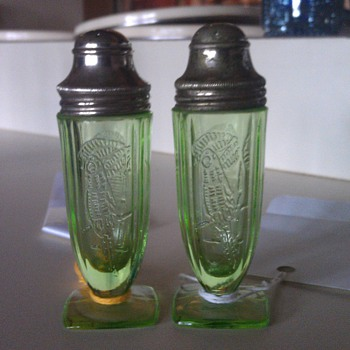 Nice green Parrot Salt and Pepper  - Glassware