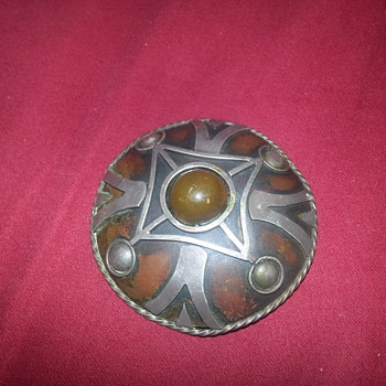 LOVELY DESIGN BROOCH