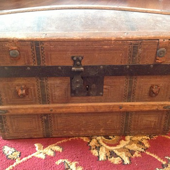Hump back doll trunk - Furniture