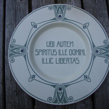 plte with latin saying by distel amsterdam - Art Nouveau