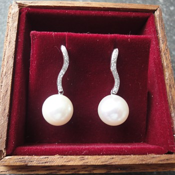 Cultivated 18 K white gold pearl stud earrings