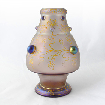 "Turmalin ""mit boutons"" Loetz vase (Serie II, Form Nr. 2/548; circa 1902)"