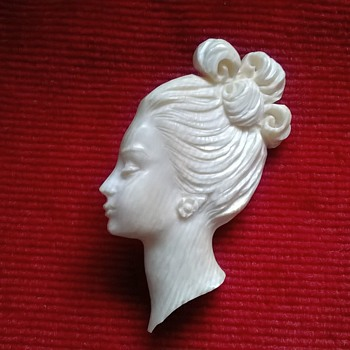 Carved Or Molded? Ivorine (French Ivory)? Plastic? Beautiful 1940s/1950s Brooch - Costume Jewelry