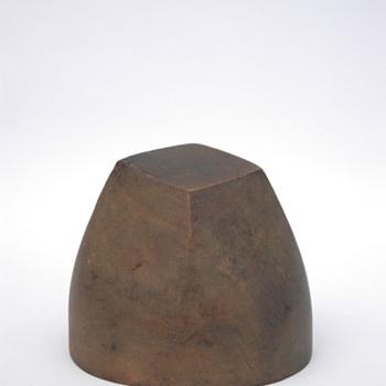 ancienne forme à chapeaux en bois. vers 1930