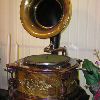 Extrafon gramophone plays 78 rpm records - Records
