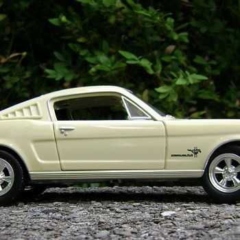 1 / 25 Scale Johnny Lightning Ford Mustang