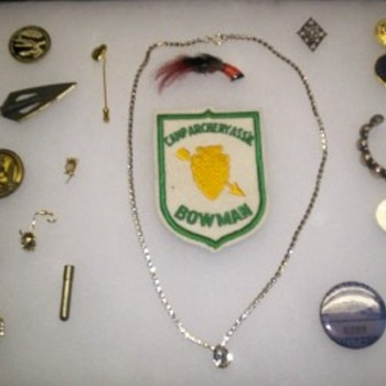 VINTAGE ODDS AND ENDS. SOME COINS, CUFF BRACLET AND MORE. - Medals Pins and Badges