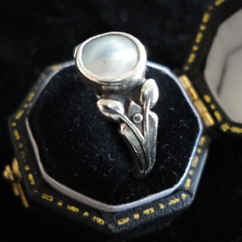 British Arts & Crafts mother of pearl silver ring c. 1900 - Fine Jewelry