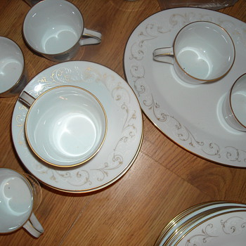 Beautiful Noritake Gold trimmed and gold scrolled decorative set never been used - China and Dinnerware