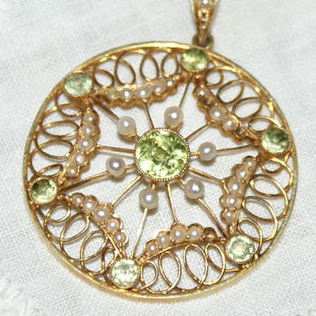 Edwardian 15ct Gold, Peridots and Seed Pearls Pendant - Fine Jewelry