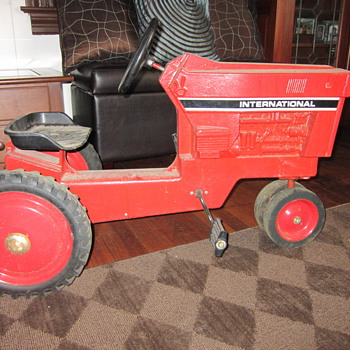 Old pedal tractor IH - Tractors