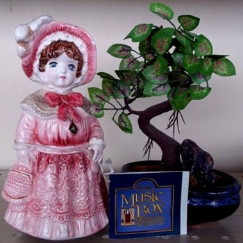 OLD FASHIONED MUSIC BOX,PORCELAIN, PLAYS AN OLD WALTZ