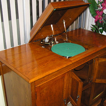 Australian made gramophone C 1925 - Records