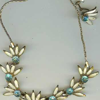 Vintage '50's? Metal Floral Rhinestone Necklace