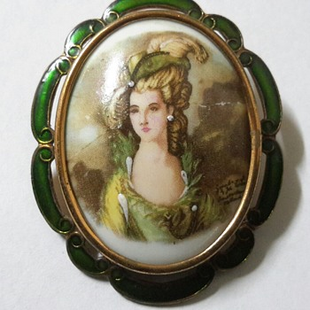 1930s THOMAS L MOTT GILT & ENAMEL PORTRAIT BROOCH - Costume Jewelry