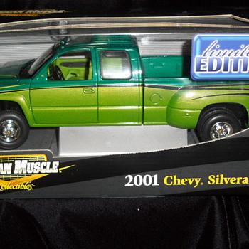 Die Cast 2001 Chevrolet Silverado Dually - Model Cars