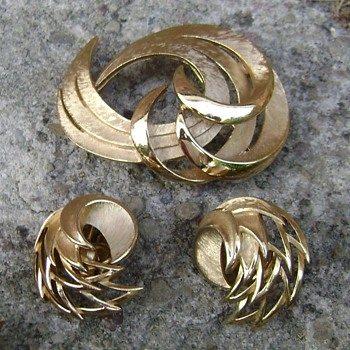 Crown Trifari Brooch and Earrings - Swirl Flaming