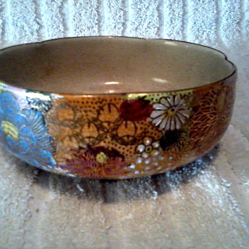 Pretty Little Satsuma Bowl / Chrysanthemums with Gilt Accents / Circa 1940's
