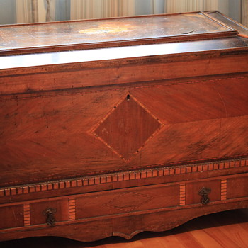 I need HELP to identify this Blanket chest ???
