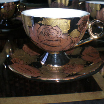miniture tea cups and saucers #rd gold leaf no clue thank you - China and Dinnerware
