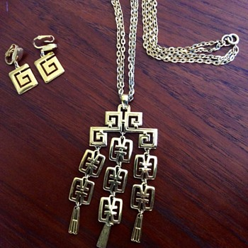 Crown Trifari earrings and necklace 'G' pattern - Costume Jewelry