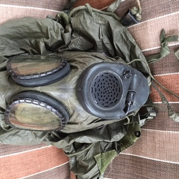 U S Military gas mask and bag - Military and Wartime