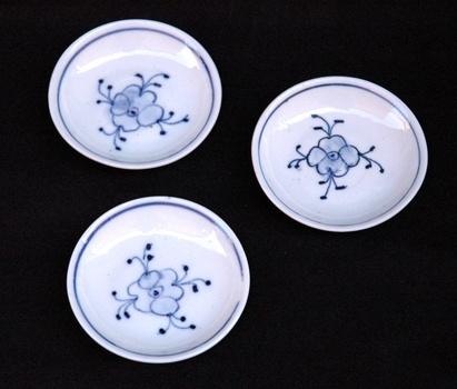 trois petites assiettes en porcelaine dinette de poup e. Black Bedroom Furniture Sets. Home Design Ideas