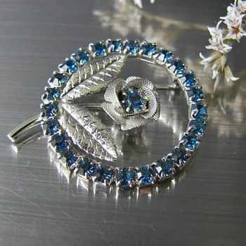 Floral crystal brooch - Unsigned  - Costume Jewelry