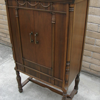 Can anyone identify the make/model of this radio cabinet?  Thanks